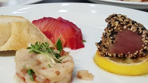 Tatar z máslové ryby, rubínový losos, tuňák v sezamu